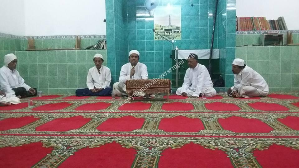 Gus Syaiful menyampaikan materi Sholawat Tawassuliyah