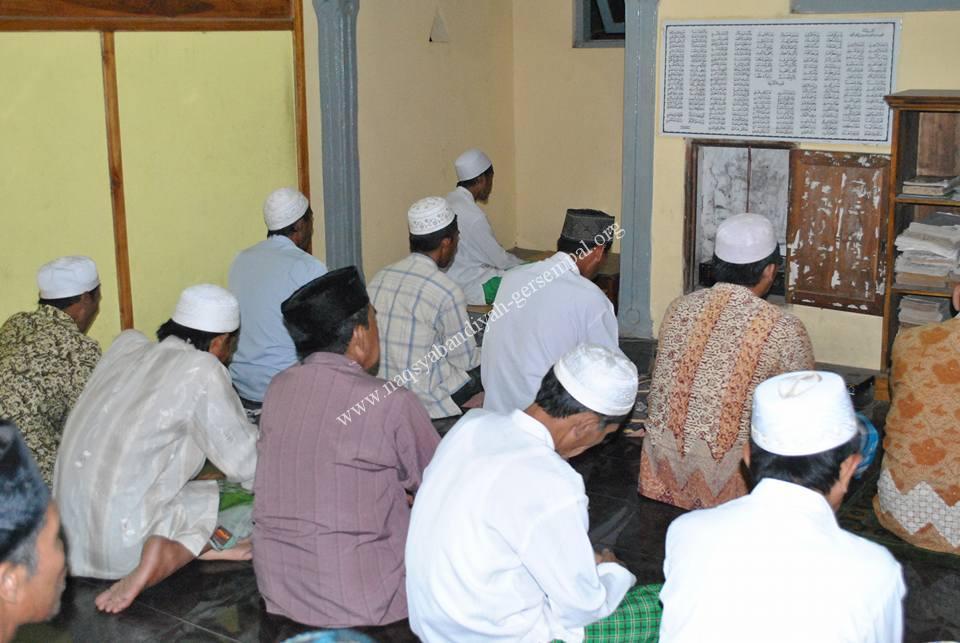 Tampak Ust. Khusnu Azizan memimpin kegiatan Khotmil Khwajagan