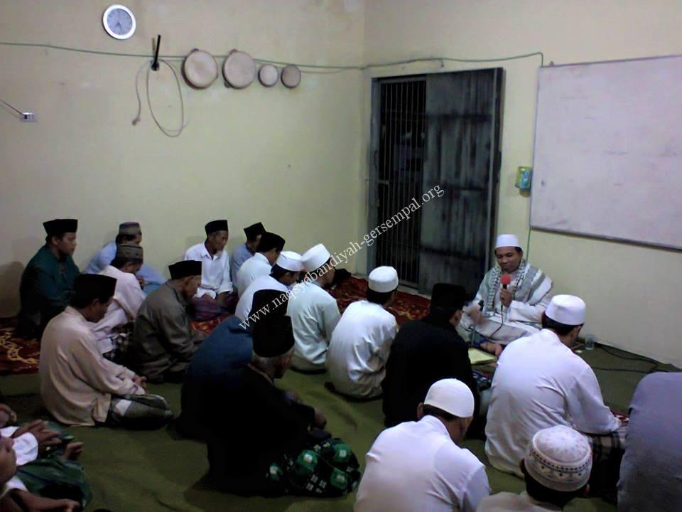 Tampak Kyai Mohammad Mas'ud memimpin kegiatan Khotmil Khwajagan