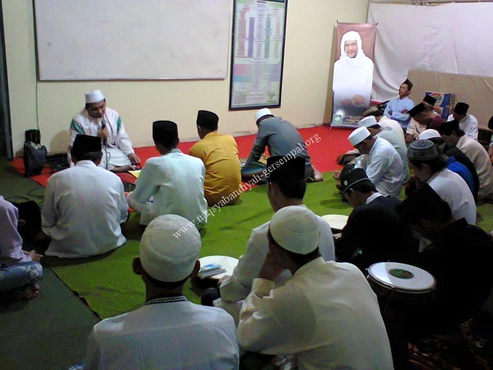 Tampak Imam Khwajagan Lumajang KH. Moh. Mas'ud memimpin kegiatan Khotmil Khwajagan