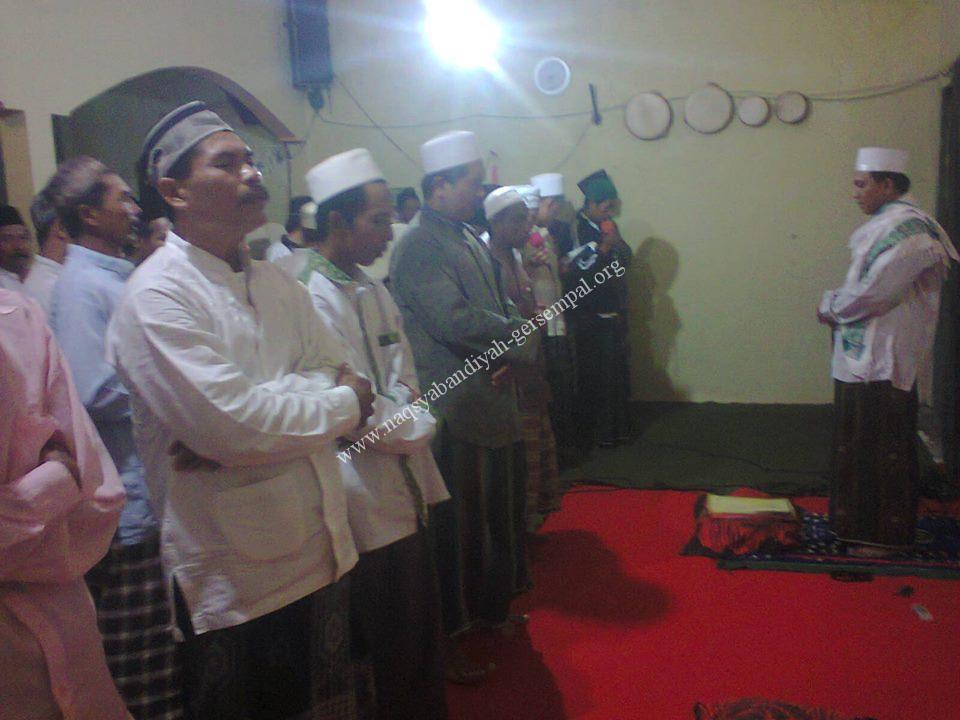 """Tampak Jama'ah SITQON Lumajang membaca Sholawat """"Mahallul Qiyam"""""""