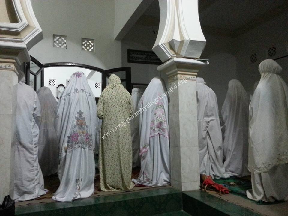 Tampak Akhowat, Muhibbin Naqsabandiyah Gersempal, serta masyarakat sekitar mengikuti Sholat Berjema'ah