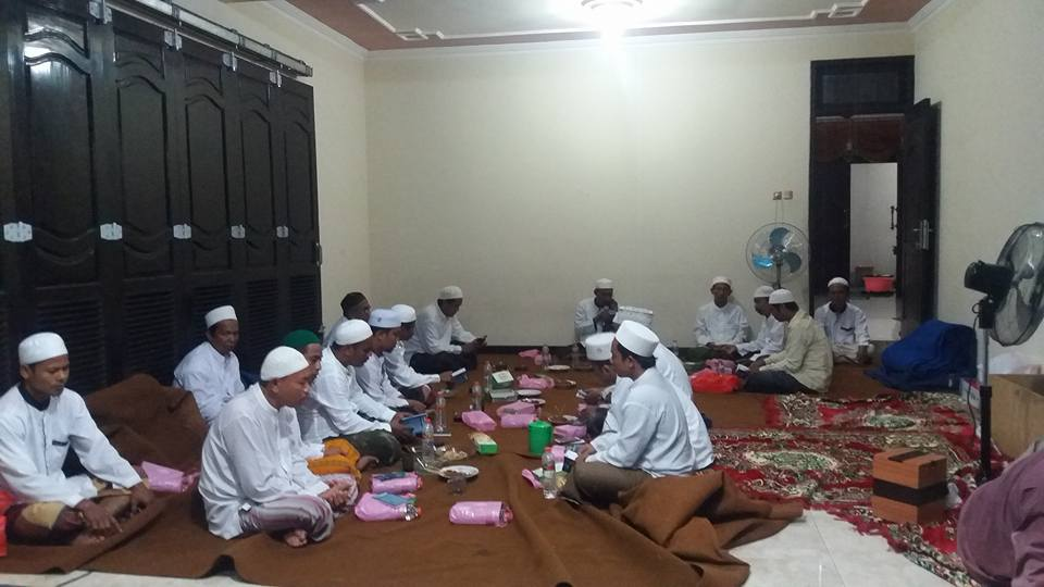 Tampak Pengurus Cabang sedang mengikuti pengajian Kitab Sholawat Tawassuliyah yang disampaikan oleh KH. R. Saifullah Ja'far