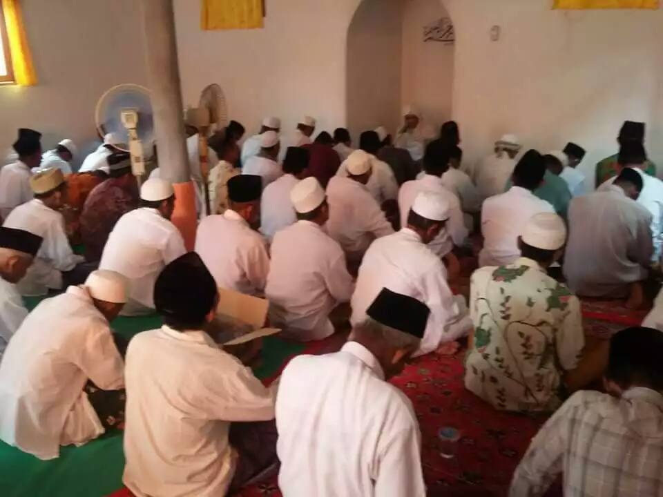 Tampak Jama'ah SITQON Seddur Pakong mendengarkan Tausiyah dari Guru Mursyid Naqsyabandiyah Gersempal
