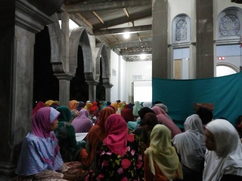 Jama'ah SITQON Pamekasan berdzikir di Masjid Baital Manshur Plakpak Pegantenan Pamekasan