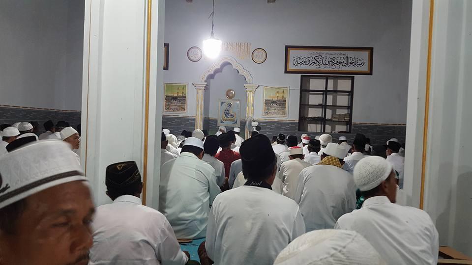 Al-Mursyid Al-Kamil Al-Arif Billah Hadrotus Syeikh KH. R. Ahmad Ja'far Abd. Wahid Qs. memimpin Dzikir Bersama Khotmil Khwajagan