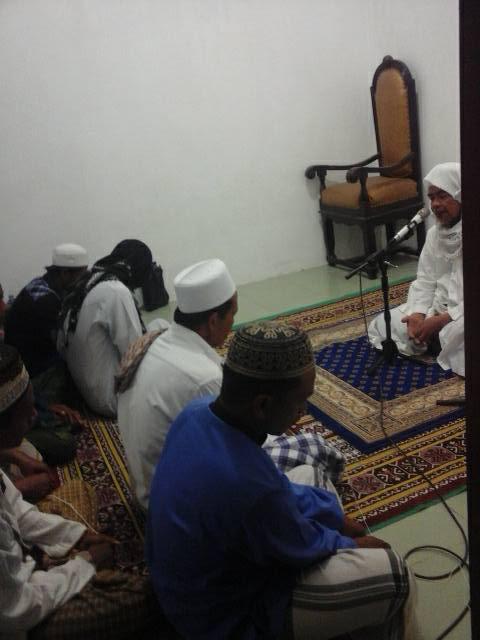 Tampak Al-Mursyid Al-Kamil Al-Arif Billah Hadrotus Syeikh KH. R. Ahmad Ja'far Abd. wahid Qs, dihadapan jama'ah SITQON