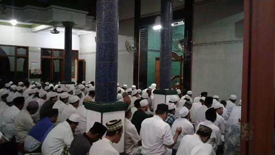 Tampak Al-Mursyid Al-Kamil Al-Arif Billah Hadrotus Syeikh KH. R. Ahmad Ja'far Abd. wahid Qs. memimpin kegiatan dzikir bersama