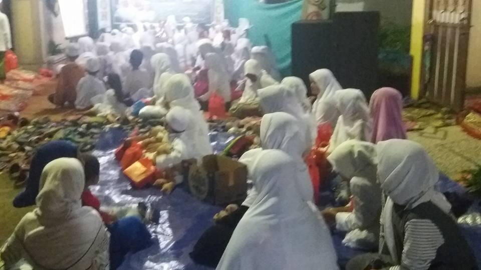 Tampak masyarakat, simpatisan dan Ikhwan Akhowat Naqsyabandiyah Gersempal mengikuti Majlis Dzikir SITQON Sidoarjo