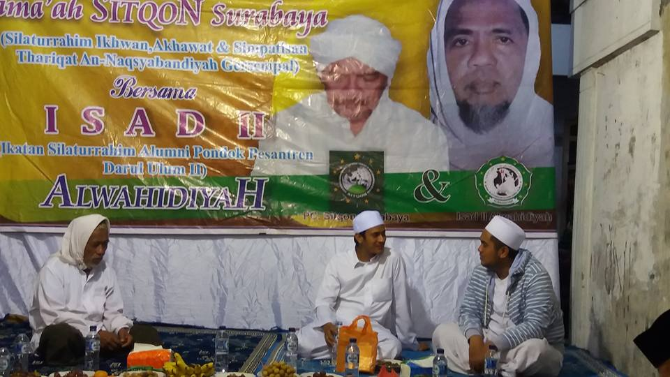 Tampak Habib Muhammad Abu Bakar Assegaf sedang bercengkrama dengan KH. R. Saifullah Ja'far (Gus Saiful)