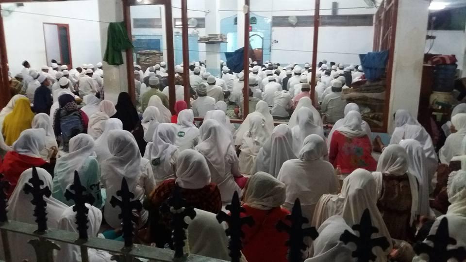 Tampak Jama'ah SITQON Surabaya dan IS'AD II Al-Wahidiyah mengikuti kegiatan di Jl. Hangtuah Surabaya