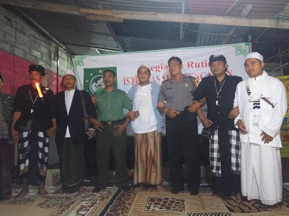 Tampak KH. R. Saifullah Ja'far di apit oleh aparat, para pecalang, serta ketua cabang SITQON Denpasar Bali